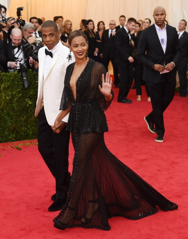Beyonce and Jay Z arrive on the red carpet. (Photo:TIMOTHY A. CLARY/AFP/Getty Images)