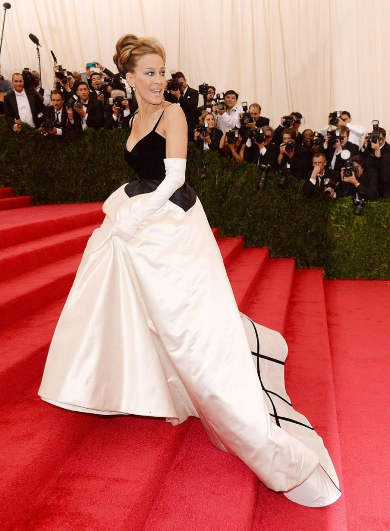 Sarah Jessica Parker arrives wearing a customer made Oscar de la Renta ball gown.