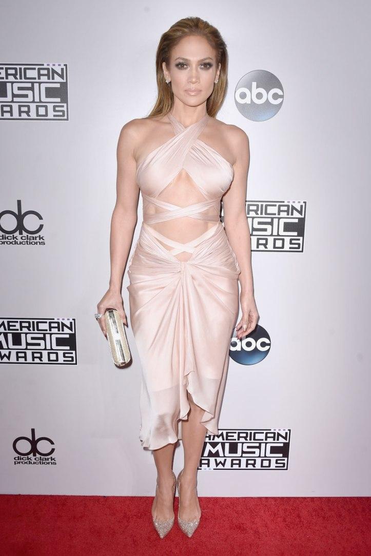 Jennifer Lopez in blush coloured Reem Acra dress. (Photo: Getty Images)