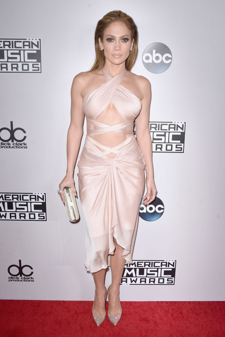 Jennifer Lopez in blush coloured Reem Acra dress. (Photo: Getty Images)
